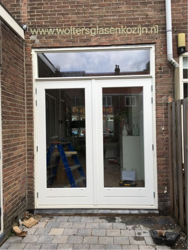 Harthouten pui met openslaande deuren geleverd en geplaatst aan de Berkelstraat te Utrecht.