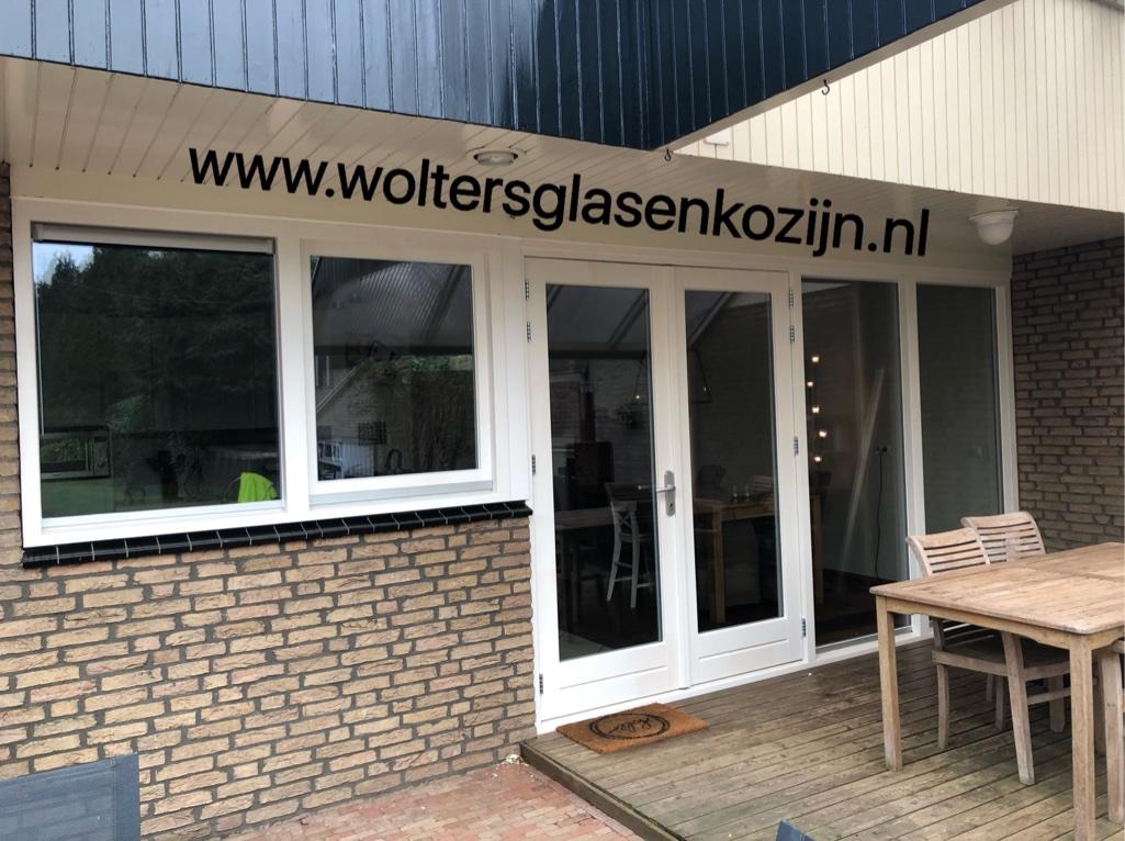 Aluminium kozijnen eruit - mooie hardhouten pui erin aan de Ulst te Nijkerk.
